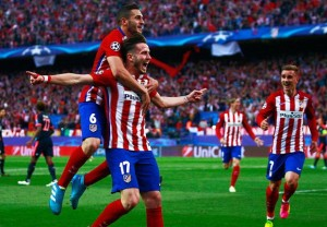 Atletico Madrid's Saul Niguez (#17) celebrates with his teammates after scoring against Bayern Munich (Goal.com)